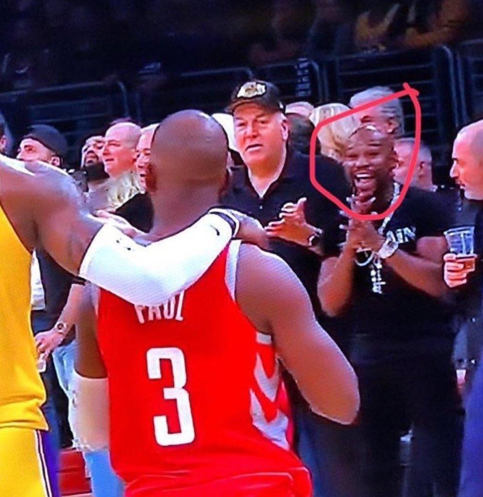 la cara de felicidad de Floyd Mayweather mientras los jugadores se caían a golpes