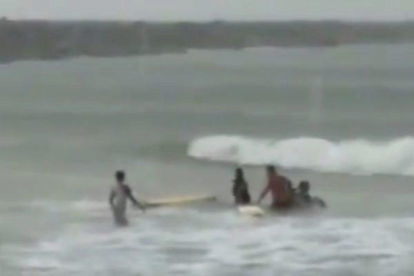Muere la campeona brasileña de surf tras alcanzarle un rayo mientras entrenaba