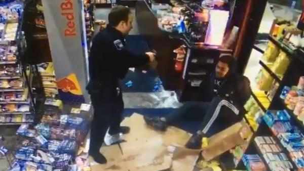 Un jugador de la NFL borracho se enfrenta a la policía, que responde disparando con un taser