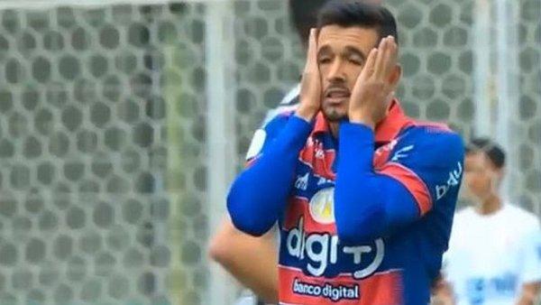 Un gol como el de Harry Kane pero en contra: Insólito autogol en Brasil