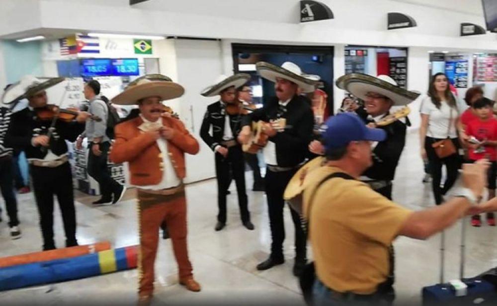 Hasta Mariachis le llevaron al aeropuerto al portero Ochoa