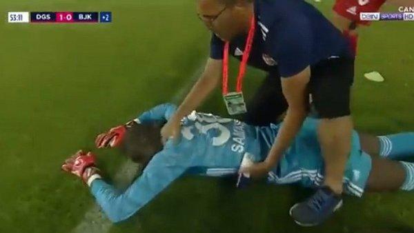 Arquero chocó con rival, se desmayó dos veces y fue llevado de emergencia a hospital en Turquía