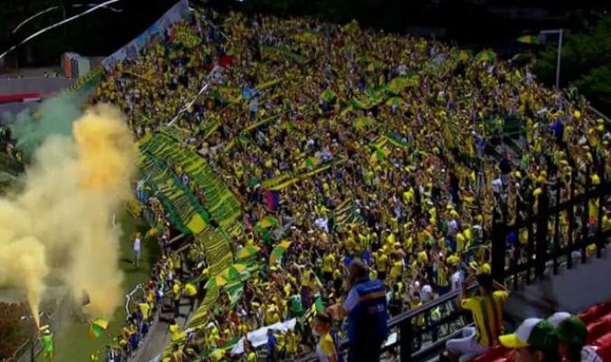 Aficionado muere al caer desde una tribuna en estadio de Colombia