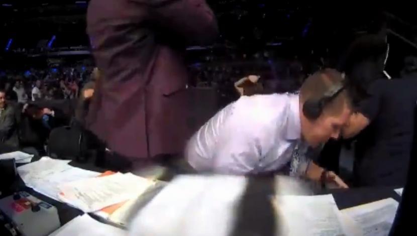 UFC: Comentarista se escondió debajo de la mesa, público enfurecido, golpe a rival desmayado