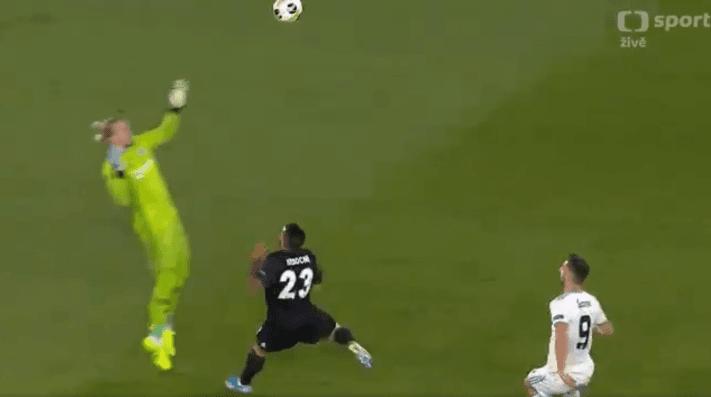 Karius lo hizo otra vez: salió pésimo, golpeó a un compañero y le anotaron un gol insólito