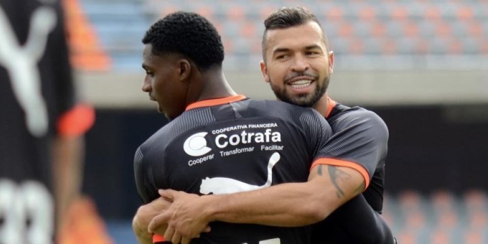 Polémica por revelación de sueldos de futbolistas en Colombia tras amenazas de paro