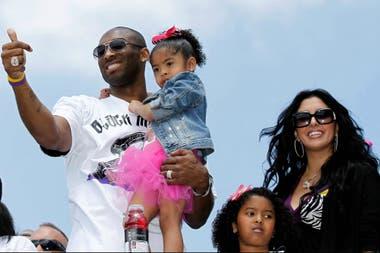 Kobe Bryant con su hija Gianna, acompañado por Vanessa y Natalia, otra de sus hijas, en Los Ángeles Fuente: Reuters