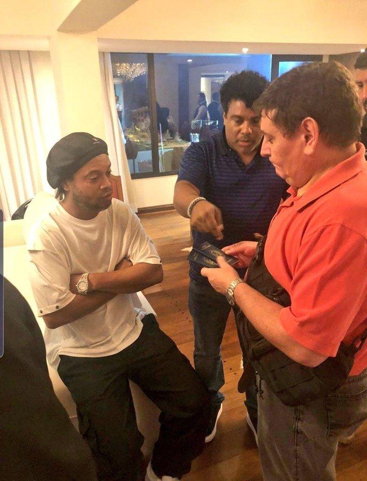 Ordenan arrestar a Ronaldinho por entrar con pasaporte falso en Paraguay