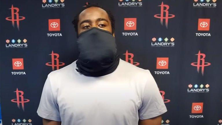 James Harden sorprendió con la exagerada mascarilla que utiliza en la NBA
