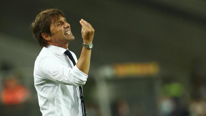 Pelea entre Ever Banega y Antonio Conte en la Europa League: el sevillista le tiró del pelo para comprobar si era peluquín