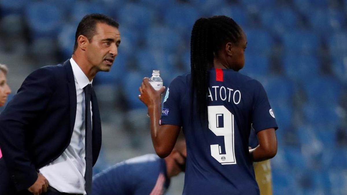 Las redes sociales indignadas por la forma en la que el entrenador del PSG manosea a una jugadora