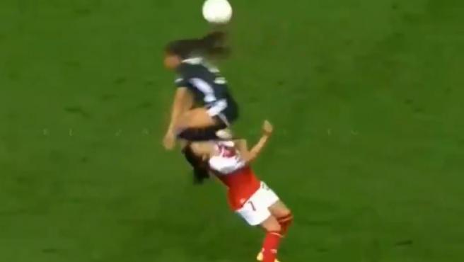 Fútbol femenino: rodillazo en la cabeza y la víctima, al hospital
