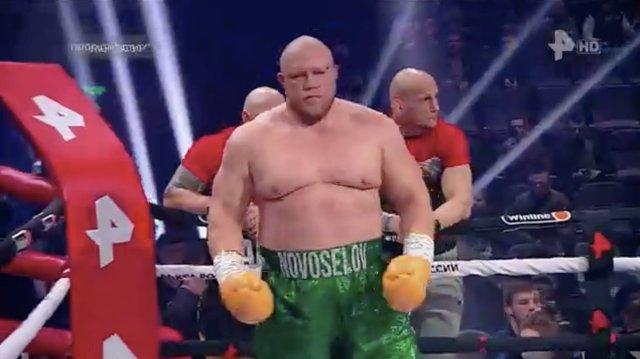 Debutó en el boxeo con nocaut el polémico luchador ruso que estuvo preso 14 años
