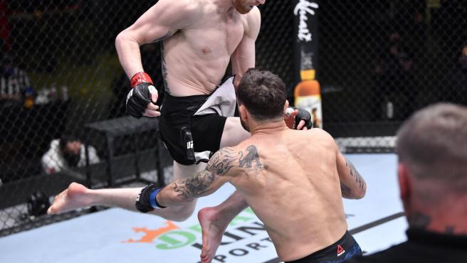Rodillazo en la cabeza bastó para terminar con una leyenda viva de la UFC
