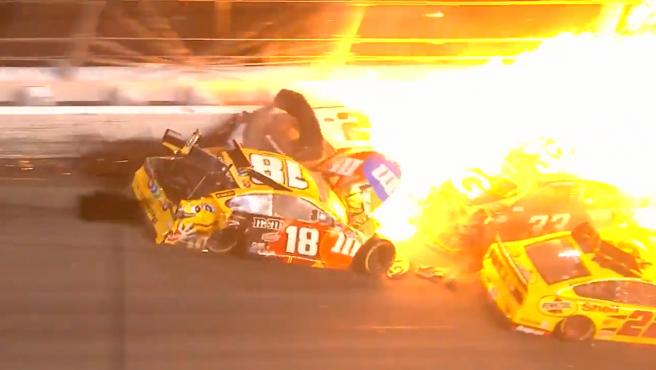 ASí fue el espectacular accidente multitudinario en la NASCAR con 16 autos involucrados