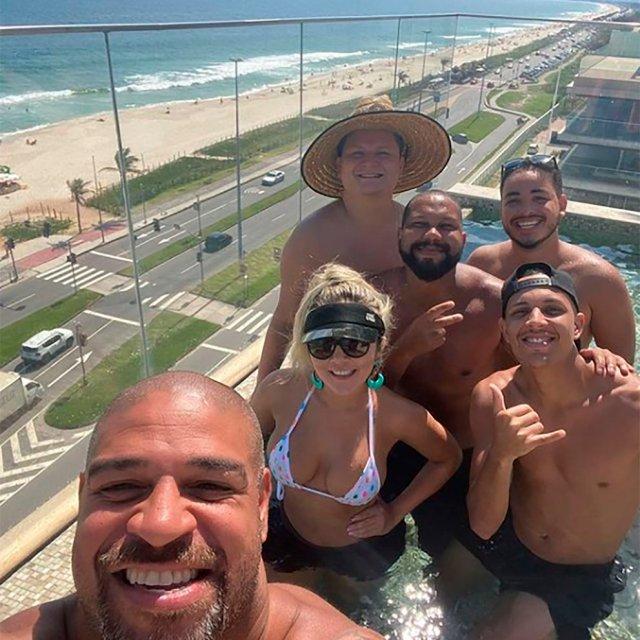 Adriano junto a amigos y familiares disfrutando de las instalaciones del hotel en el que vive.   Foto: Infobae