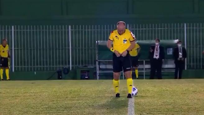Un árbitro no puede aguantar y orina en mitad del campo antes de un partido de la Copa brasileña