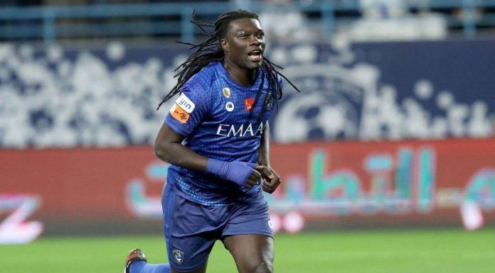 Futbolista francés Bafetimbi Gomis se desplomó en pleno partido