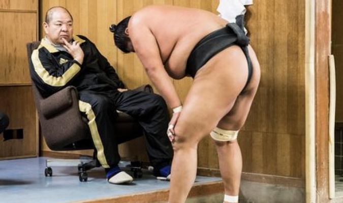 Fallece un luchador de sumo por golpe que se dio en la cabeza en un combate