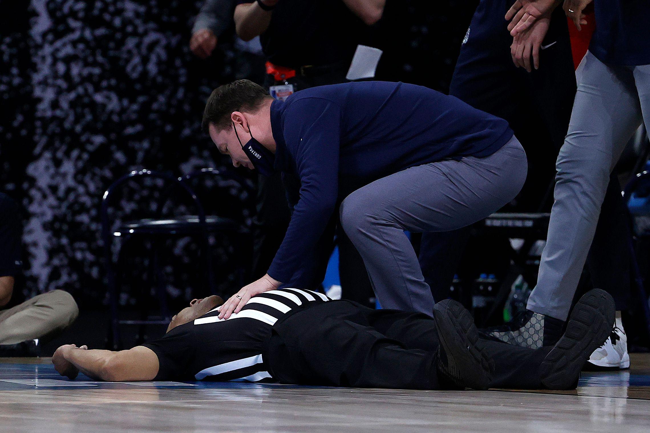 Causó alarma: Así se desplomó un árbitro durante un juego de baloncesto de la NCAA